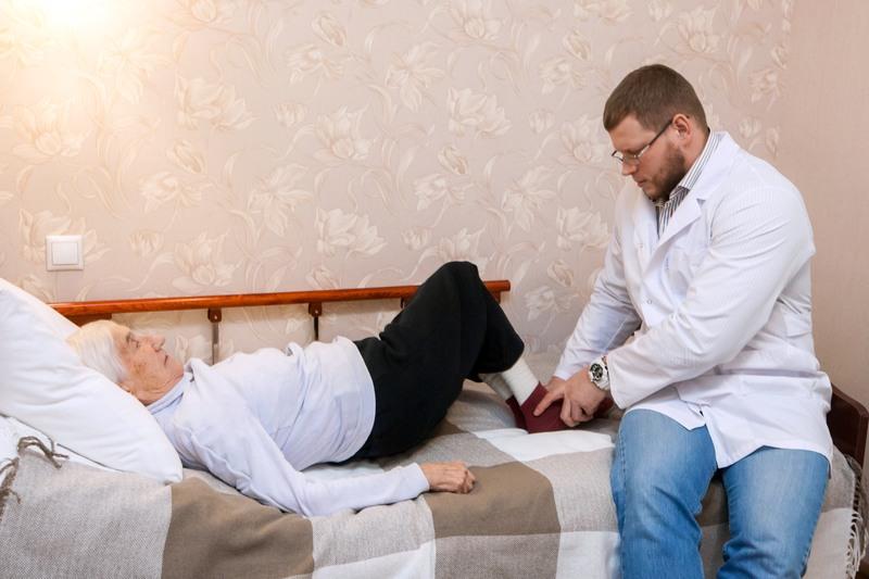 Перелом шейки бедра: симптомы и лечение, реабилитация в домашних условиях и осложнения, пожилые после операции шейки бедра