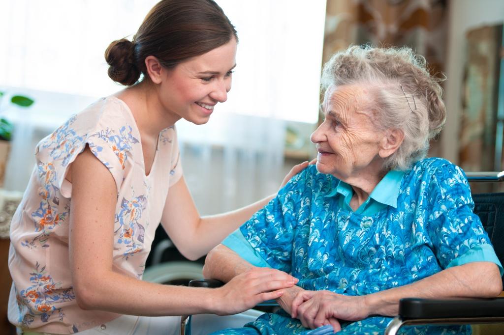 Пожилые люди помощь фото
