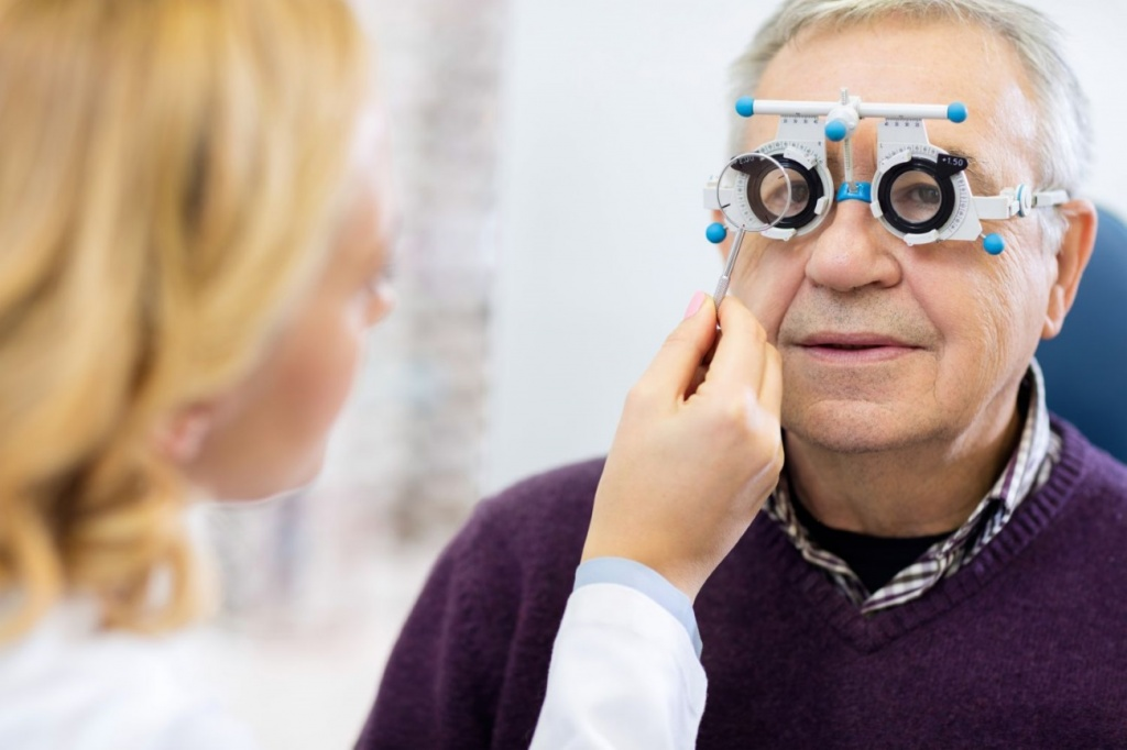 Слезятся глаза у пожилых