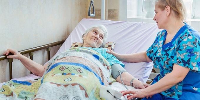 Правила ухода за лежачими больными: как облегчить жизнь пациента